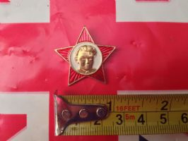 RUSSIAN BADGE FACE ON RED STAR